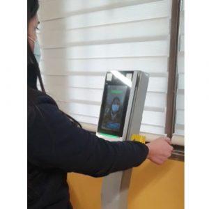 Tótem de reconocimiento facial y medición de temperatura