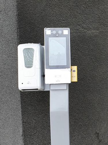 Tótem con reconocimiento facial medidor de temperatura y dispensador de alcohol gel